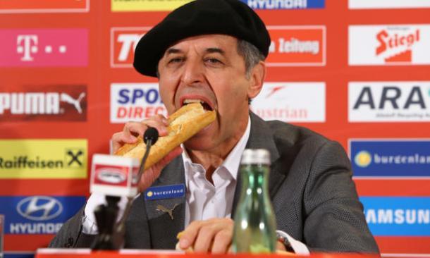 Marcel Koller festeggia in conferenza stampa la qualificazione agli europei di Francia, con coppola e baguette. (fonte immagine: thefootballramble.com)