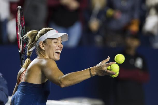Angelique Kerber sends some balls into the crowd after her win | Photo: Abierto Monterrey