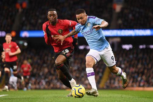 Wan-Bissaka cerrando un avance lateral.   Manchester United
