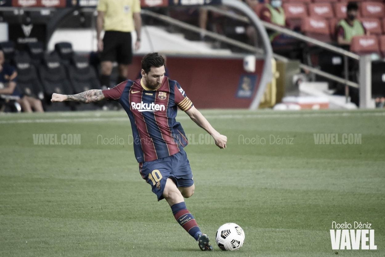 Leo Messi lanzando unfa falta en el Camp Nou.| Foto: Noelia Déniz