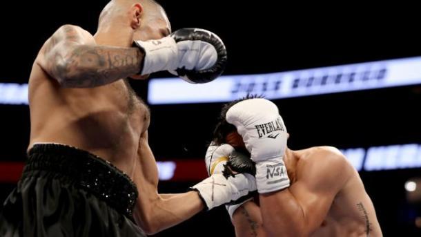 Heraldez golpea a Borrego. Fuente: Getty Images