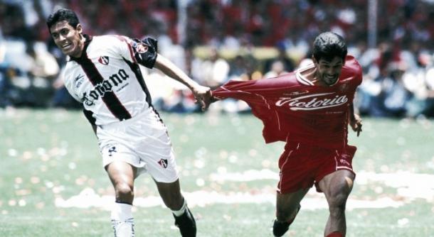Jorge Almirón marcando a José Saturnino Cardozo. / Fuente: NBC Deportes