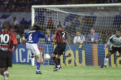 Henrique coloca seus pés no Calçada da Fama do Cruzeiro