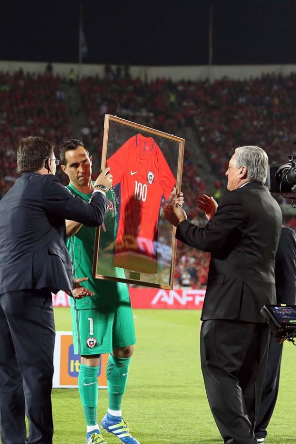 Bravo was honored for his 100th cap with Chile pregame (Photo: ANFP Chile).