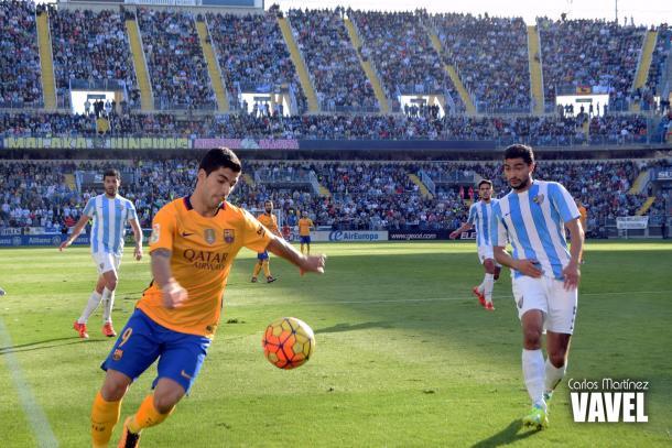 Suárez apurando línea de fondo en el primer gol | Fotografía: Carlos Martínez (VAVEL)