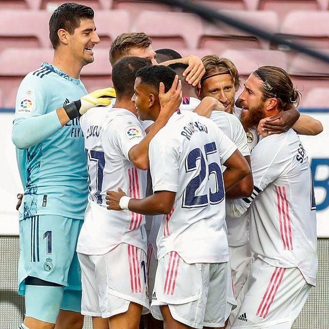 El Real Madrid celebra la victoria ante el Barcelona en el Camp Nou. |Foto: @Realmadrid