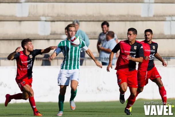 Imagen de Loren Morón hijo en la temporada 2015/16 rodeado de jugadores del Mérida