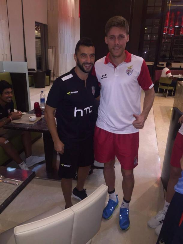 Tiri junto a otro ex rojiblanco, Simao, también en la Superliga India
