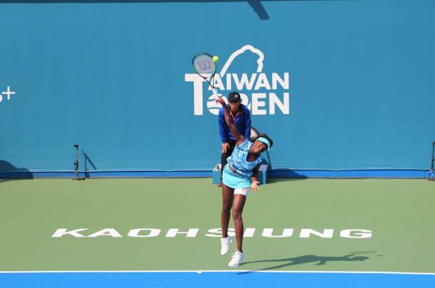 Venus Williams serving to Misaki Doi. | Photo: Taiwan Open