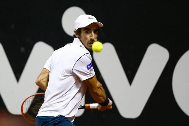 Pablo Cuevas antes de golpear una bola desde el fondo de pista | Foto: Brasil Open