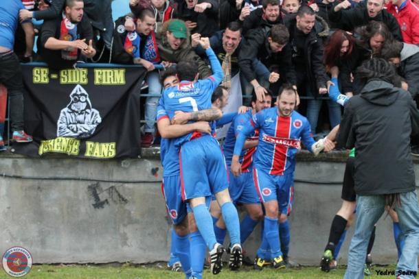 Los jugadores y la afición del Ourense UD celebran un tanto que valía un ascenso a Primera Autonómica (fuente: losotros18.com)