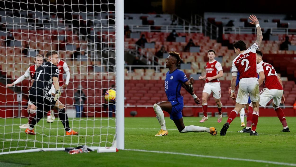 Abraham remata con el pecho. Fuente: Premier League