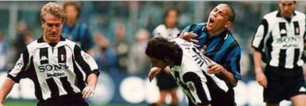 Il famoso rigore di Iuliano su Ronaldo ! Foto via www.sport.leggo.it