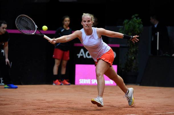 Hogenkamp breaks the Frenchwoman's serve for the first time | Photo: Corinne Dubreuil/Fed Cup