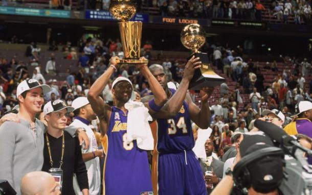 Kobe ao lado de Shaquille O'Neal com o prêmio de MVP das finais pelo terceiro ano consecutivo (Foto: Getty Images)