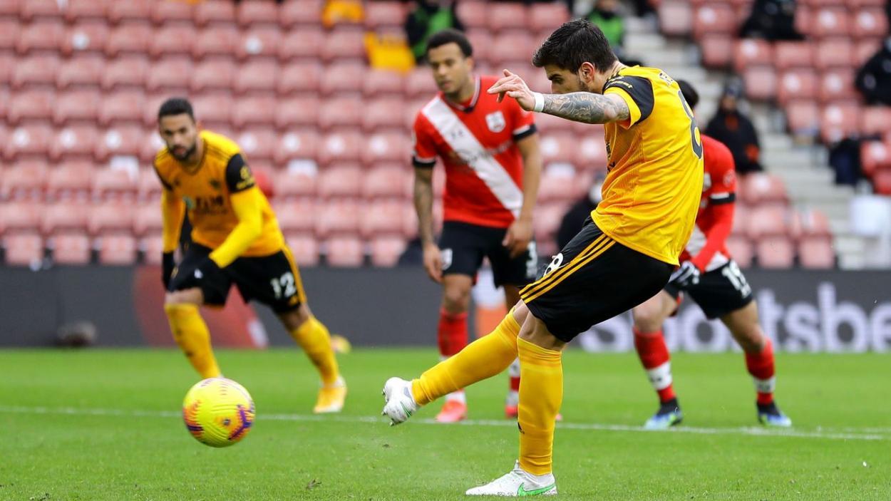 Rúben Neves ejecutando el penalti desde los 11 metros. | Fuente: Premier League
