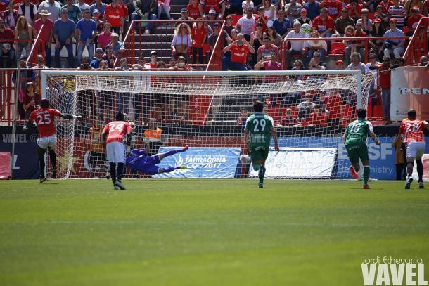 Emaná tiró el penalti muy por encima de la porteria de Serantes | Foto: Jordi Echevarría | VAVEL