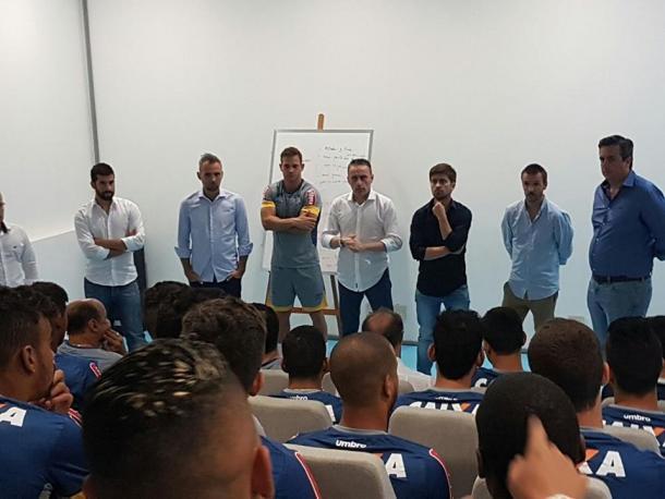 Paulo Bento teve um primeiro contato com elenco celeste antes da apresentação oficial (Foto: Divulgação/Cruzeiro)