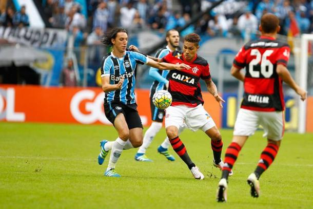 O duelo Pedro Geromel e Paolo Guerrero foi um dos destaques do jogo (Foto: Divulgação/Grêmio)