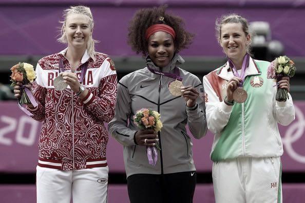 A esquerda Maria Sharapova da Russia com sua medalha de prata. Ao centro Serena Williams dos Estados Unidos com sua medalha de ouro. A direita Victoria Azarenka de Belarus com sua medalha de bronze. Foto: Getty Images/Luis acosta