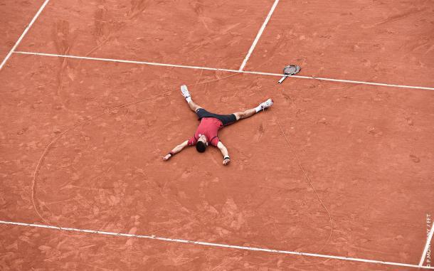 Djokovic si stende a terra dopo la vittoria al Roland Garros - Fonte: P.Montigny/FFT