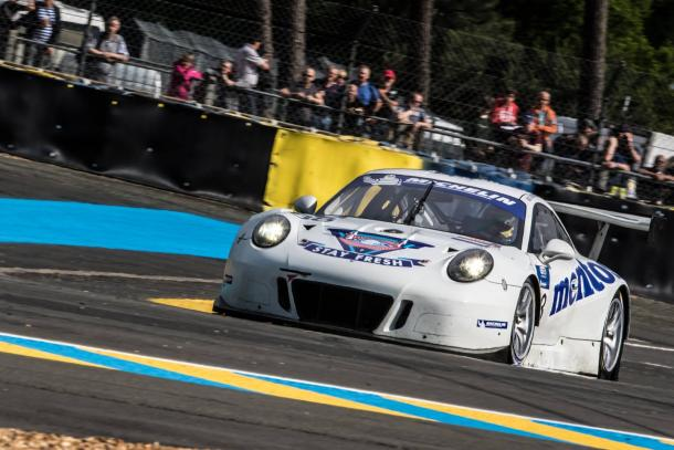 Porsche da Mentos Racing larga na frente na classe GTE. (Foto: Michelin GT3 LMS Cup)