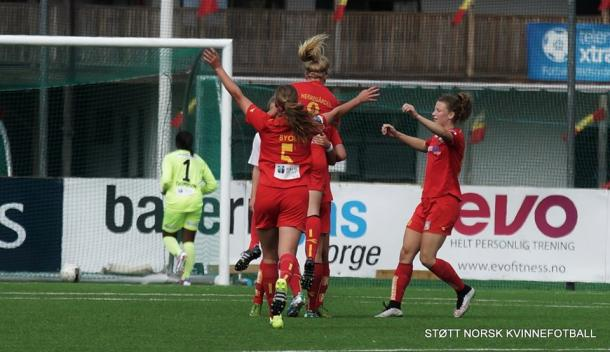 Røa celebrate their win over Sandviken last week. Can Medkila capitalise on their poor form? (Photo: Støtt Norsk Kvinnefotball)