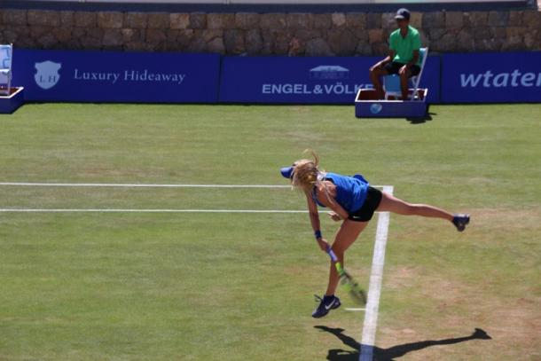 Eugenie Bouchard serves at her second round match at the Mallorca Open (Photo: Mallorca Open)