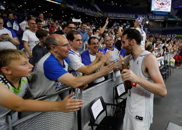 Celebrando el título con aficionados del Palacio (Realmadrid.com)