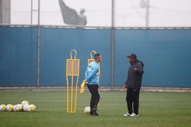 Roger Machado conversa com Everton no último treino do Grêmio em Porto Alegre (Foto: Divulgação/Grêmio)