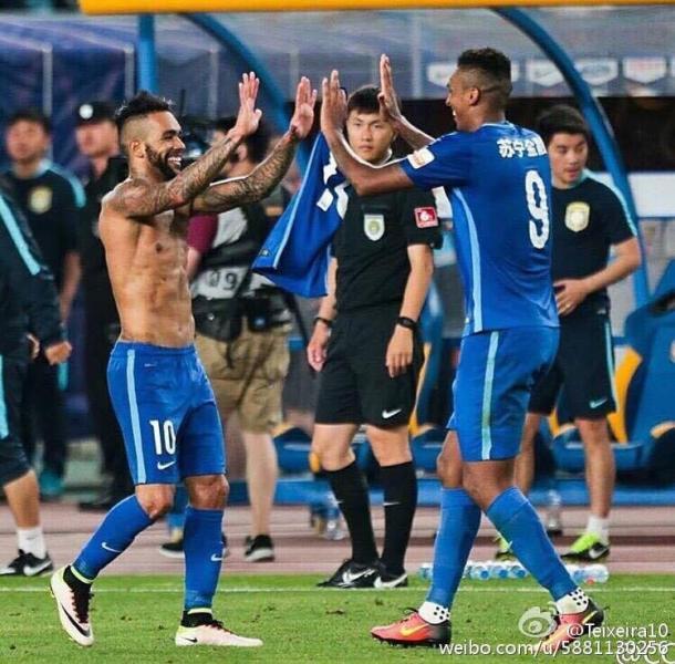 Alex Teixeira é o destaque do Jiangsu Suning e tem quatro gols na Super Liga Chinesa (Foto: Reprodução/ Weibo)