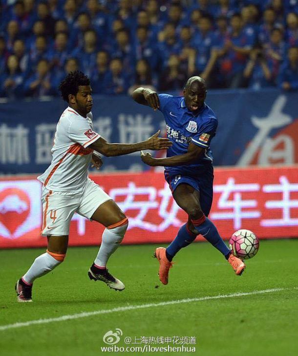 Demba Ba é o artilheiro da Super Liga Chinesa com larga vantagem para seus oponentes (Foto: Reprodução/ Weibo)