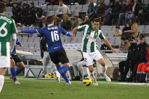 Kiko Olivas, con la camiseta del Córdoba, lucha un balón con Álvaro Rey, del Xerez. | Foto: Larrea (MARCA).