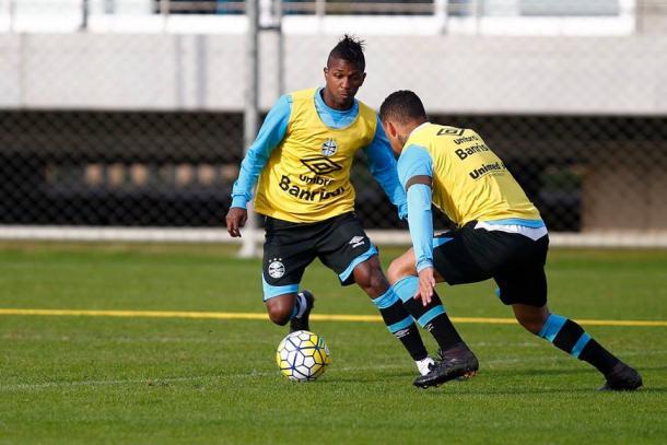 Miller treinou entre os titulares e deverá ser o atacante do Grêmio diante do São Paulo (Foto: Divulgação/Grêmio)