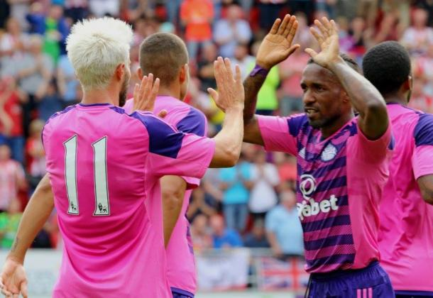 Defoe (right) celebrating a second consecutive win. | Photo: SAFC