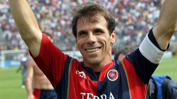 Zola jogou no Cagliari de 2003 até 2005, marcando 22 gols em 74 jogos
