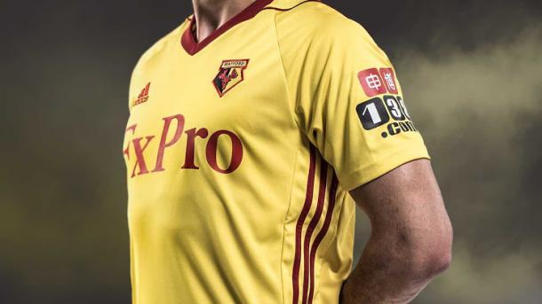 En la camiseta del Watford la manga izquierda está reservada para el sponsor 138.com | Foto: Watford