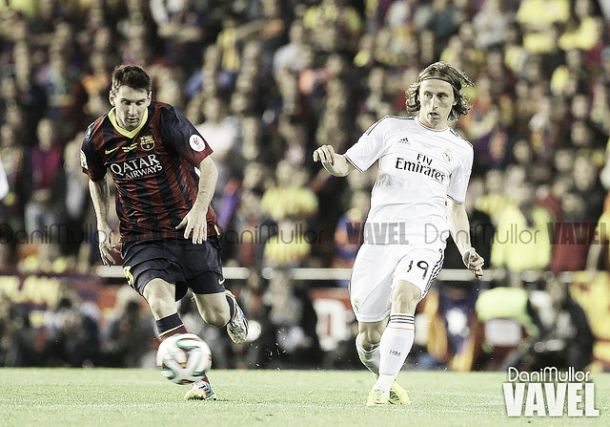 Messi disputa un balón con Modric | Imagen: Dani Mullor (VAVEL)