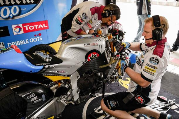 Estrella Galicia 0,0 Marc VDS Moto2 team working on the suspension of Morbidelli's bike - www.facebook.com (Ian Wheeler)