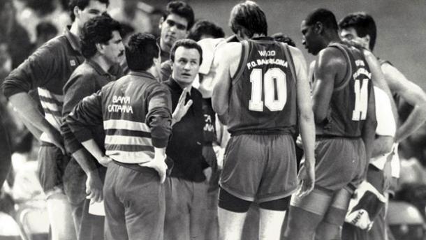 Aíto García Reneses dirigiendo al FC Barcelona en la década de los 80 | Fotografía: fuente desconocida por la antigüedad de las imágenes