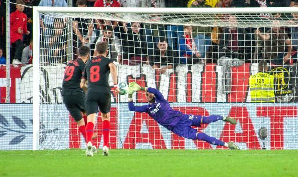 Vaclik parando el penalti del Atlético de Madrid | Foto: Sevilla FC