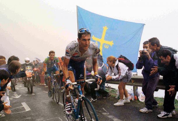 'Chava' Jimenez, el primer ciclista es doblegar el Angliru   Foto: AS