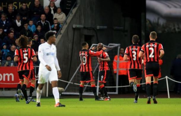 Afobe celebrando con sus compañeros el gol al Swnasea. Foto: Premier League