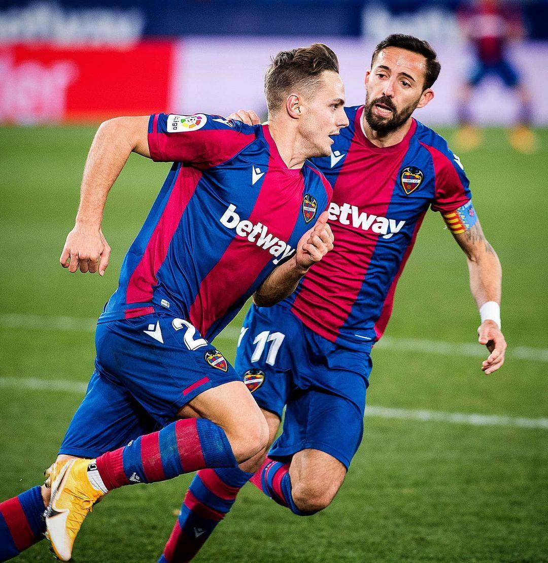 Dani Gómez celebra un gol junto a Morales| Foto: @levanteud