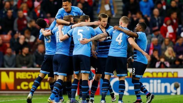Tutto il Tottenham ad abbracciare il suo numero 10. Fonte: permierleague.com