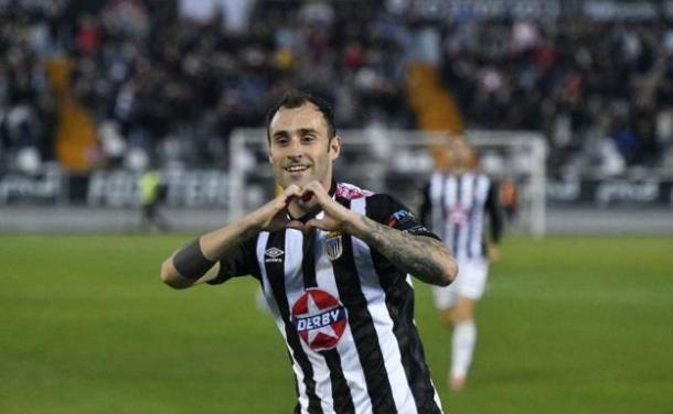 Gorka Santamaria celebra uno de sus goles. FOTO: CD Badajoz.