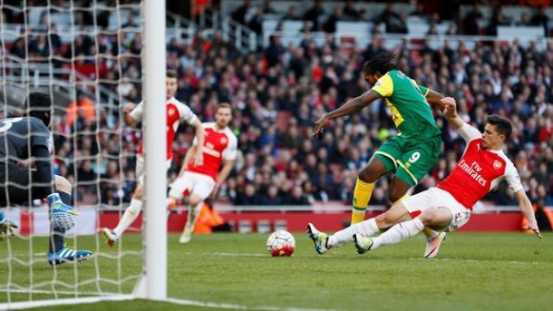 Il grande anticipo di Gabriel su Mbokani. Fonte: premierleague.com
