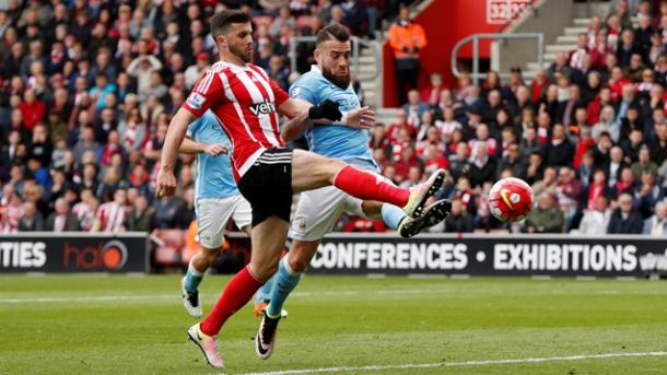 Long anticipa Otamendi e porta in vantaggio i Saints | Foto: premierleague.com