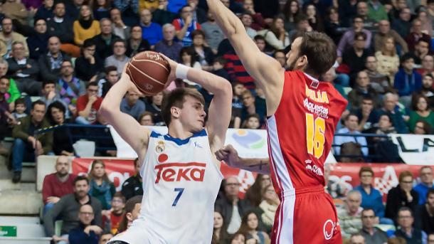 Doncic ante Delía en el duelo en Murcia de la pasada temporada | Foto: ACB