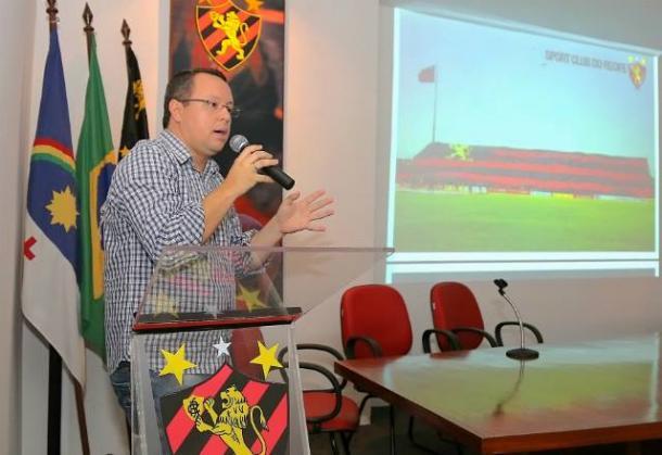 Executivo de Operações Sociais do Leão comemora prêmio inédito ao clube pernambucano (Foto: Divulgação/Sport)